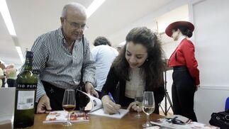 La mezzosoprano Julia Arellano firma un libreto a uno de los aficionados que asistieron a la presentación del libreto.  Foto: Miguel Angel Gonzalez