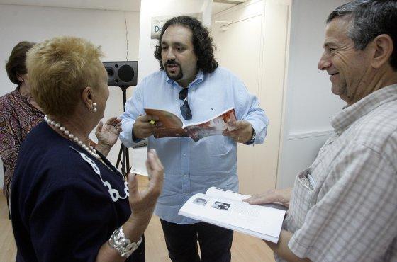 José Manuel Zapata conversa con algunos amantes de la ópera.   Foto: Miguel Angel Gonzalez