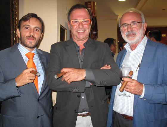 Fernando Vázquez (Restaurante La Victoria); el productor de cine Antonio Pérez (Maestranza Films), y Fernando Vázquez, experto taurino.  Foto: Victoria Ramírez