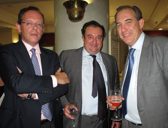 Felipe Granados y Tomás Valiente (Grupo Joly), con Miguel Ángel Martín, director de comunicación de Altadis.  Foto: Victoria Ramírez