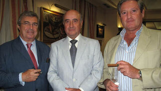 Antonio Gutiérrez, secretario y tesorero del Club Pasión Habanos; con Alberto Lorencio, presidente del club y José Mateu, secretario del consejo de administración de Altadis.  Foto: Victoria Ramírez
