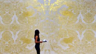 Una mujero observa la obra 'Gold Leaf', del británico Richard Wright.  Foto: efe