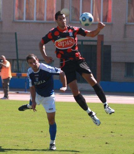 González recibe la falta de un contrario, que le desplaza con el codo.  Foto: L. O. F