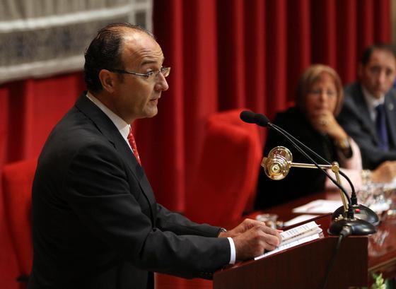 El consejero de Innovación, Ciencia y Empresa, Martín Soler durante su intervención en el acto de apertura del curso 2009-10  Foto: Migue Fernandez