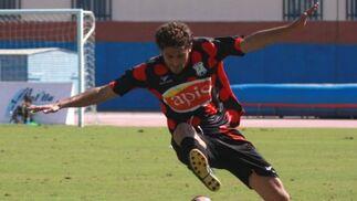 Juan Carlos salva la entrada de un jugador melillense.  Foto: L. O. F