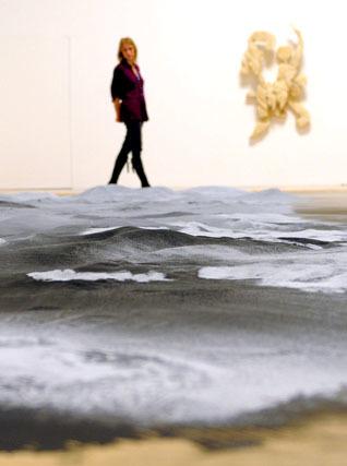 Una mujer observa una obra sin título del artista británico Roger Hiorns.  Foto: Efe