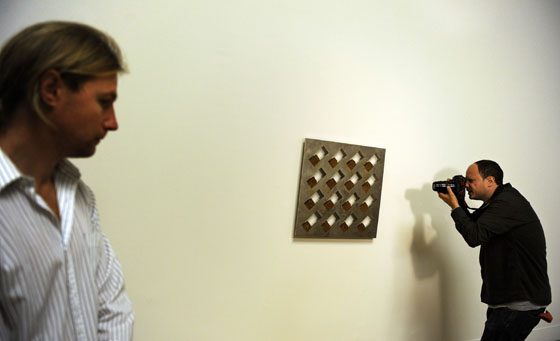 Un fotógrafo dispara su cámara frente a otra obra, también sin título de Roger Hiorns.  Foto: reuters