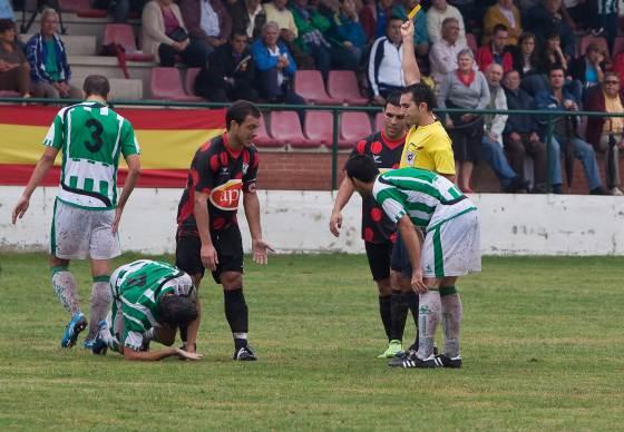 Arcediano Monescillo enseña la primera amarilla a Jorge Herrero, que posteriormente fue expulsado.  Foto: L. O. F