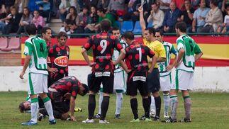 A los dos minutos de la reanudación Jorge Herrero veía su segunda amarilla tras una terrorífica entrada sobre Elías.  Foto: L. O. F