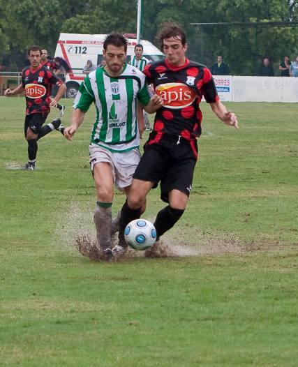 El terreno de juego estuvi impracticable debido a la lluvia que cayó antes y durante el partido en tierras murcianas.   Foto: L. O. F