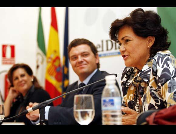 La consejera, Rosa Torres, y el director de 'El Día', Luis Pérez-Bustamante, escuchan a Carmen Calvo.