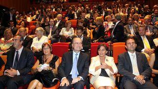 El alcalde, Francisco de la Torre, en el centro, acompañado de su mujer, Rosa Francia (a la derecha) y  la rectora de la Universidad de Málaga, Adelaida de la Calle (a la izquierda).   Foto: Migue Fernandez
