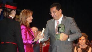 Antonio Pulido, presidente de Cajasol, recogió ayer de manos de la alcaldesa el Premio Especial Ciudad de Jerez.    Foto: Juan Carlos Toro