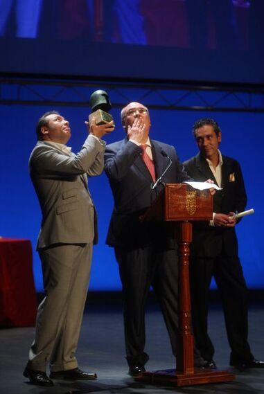 Atilano, Alfonso y Fernando Pacheco, propietarios de La Moderna, dedican el Premio a la Promoción a sus padres ya fallecidos.  Foto: Juan Carlos Toro
