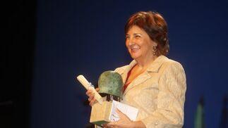 Mercedes Juliá de Agar, con el Premio a la Excelencia.  Foto: Juan Carlos Toro