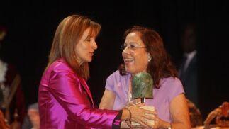 La madre de Emilio Morenatti, que aún se recupera en Estado Unidos del atentado sufrido,  subió al escenario a recibir el Premio a la Creación en nombre de su hijo.  Foto: Juan Carlos Toro