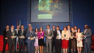 Foto de familia de los galardonados con el Premio Ciudad de Jerez 2009, un acto presidido por la alcaldesa, Pilar Sánchez.  Foto: Juan Carlos Toro