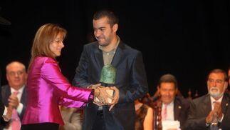 El Premio Joven fue a parar este año a la Asociación Carriles, cuyo vicepresidente recogió el galardón que reconoce la labor del colectivo en toda la zona rural.    Foto: Juan Carlos Toro