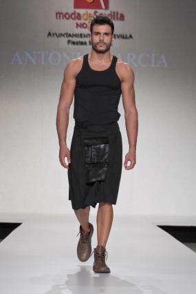 La creación de Antonio García para el desfile 'Faldas en Hombres' en la V edición de Moda de Sevilla.  Foto: Martin Okuemotto