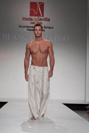 La creación de Blanca Gallego para el desfile 'Faldas en Hombres' en la V edición de Moda de Sevilla.  Foto: Martin Okuemotto