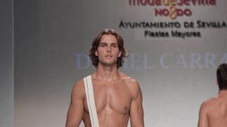 La creación de Daniel Carrasco para el desfile 'Faldas en Hombres' en la V edición de Moda de Sevilla.  Foto: Martin Okuemotto