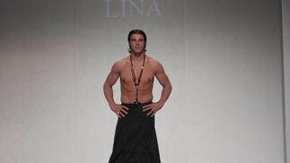 La creación de la diseñadora Lina para el desfile 'Faldas en Hombres' en la V edición de Moda de Sevilla.  Foto: Martin Okuemotto