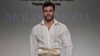 La creación de Molina Moda para el desfile 'Faldas en Hombres' en la V edición de Moda de Sevilla.  Foto: Martin Okuemotto