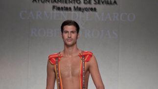 La creación de Carmen del Marco & Roberto Rojas para el desfile 'Faldas en Hombres' en la V edición de Moda de Sevilla.  Foto: Martin Okuemotto