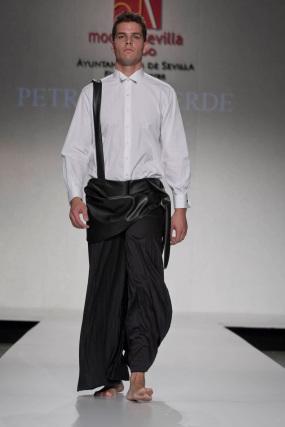 La creación de Petro Valverde para el desfile 'Faldas en Hombres' en la V edición de Moda de Sevilla.  Foto: Martin Okuemotto