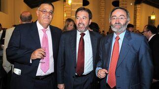 Andrés Astorga, de la ONG 'Aikovesé', Ricardo Chamorro y el delegado de Fomento de Jerez, Francisco Lebrero.