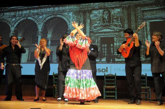 María del Mar Moreno, en plena actuación junto a su cuadro artístico.