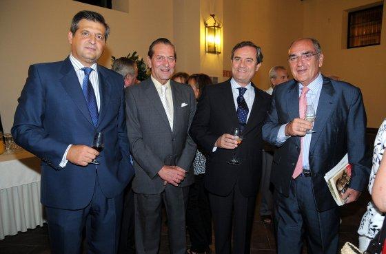 Jesús Medina y su hijo, junto a Juan Salido, director general de Cajasol, y Francisco Izquierdo.