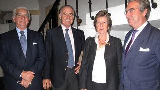 Juan Gaitán de Ayala (voluntario BAS); Carlos Serra, Ángeles Madariaga (voluntaria), y Enrique Moreno de la Cova, presidente del Real Aeroclub.  Foto: Victoria Ramírez