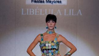 'Barbarella Vintage' es el nombre del diseño de Libélula Lila: Un vestido geométrico con corte ligeramente evasé, formado por piezas de cerámica cuadradas. Los turquesas, violetas y rojos son los colores protagonistas de este diseño.  Foto: Martin Okuemotto