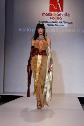 'Cleopatra' es el nombre con el que Rocío de Porres ha titulado un diseño inspirado en el arte egipcio. Un collar de turquesas, lapislázuli y coral, una diadema y algunos brazaletes conforman la propuesta de la diseñadora, elaborada en piedras y bronce. Todo un juego de color y artesanía que acompañan a un traje diseñado por Claudina Clauss.  Foto: Martin Okuemotto