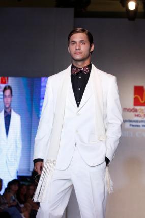 Daniel Carrasco se inspira en 'El Gran Gatsby' para idear un traje chaqueta blanco roto y camisa negra.  Foto: Martin Okuemotto