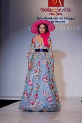 Manolo Giraldo ha creado un vestido de corte romántico, en muselina color rosa palo con estampados y cinturón a tono. Inspirado en 'Lo que el viento se llevó', el joven sevillano apuesta por complementos de Sabina y una pamela de Cherubina para complementar su propuesta cinematográfica.  Foto: Martin Okuemotto