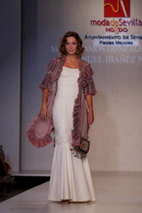 María Ramos González-Serna presenta un vestido inspirado en la película 'El príncipe y la corista', con Marilyn Monroe. El diseño, muy escotado y con forma de sirena con mucho vuelo, está acompañado por un abrigo con volantes plisados y flores en tonos pastel.  Foto: Martin Okuemotto