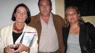 Lucía Vázquez, Jesús Gumiel y Ángles Calero, de la ONG Paz y Bien, colaboradora del Banco de Alimentos de Sevilla.  Foto: Victoria Ramírez