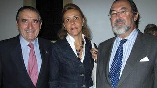 Rafael Juliá, que aportó el catering, Rocío Silva y Félix Moreno de la Cova.  Foto: Victoria Ramírez