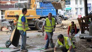 Los obreros han comenzado ya a colocar las baldosas  Foto: Juan Carlos V?uez