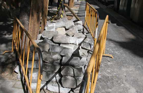 Adoquines apilados junto a la acera en San Jacinto.  Foto: B.Vargas