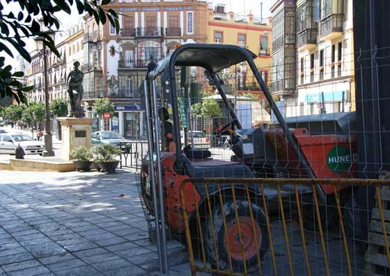Una de las maquinas utilizadas para las obras estacionada sobre la acera.  Foto: B.Vargas