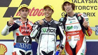 Héctor Barberá, de Aprilia; Hiroshi Aoyama, de Honda, y Marco Simoncelli, de Gilera, en el podio de la carrera de 250cc, que terminaron en segunda, primera y tercera posición, respectivamente.  Foto: Afp Photo / Efe / Reuters
