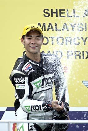 El piloto japonés de 250cc Hiroshi Aoyama, de Honda, celebra su victoria en el Gran Premio de Malasia.  Foto: Afp Photo / Efe / Reuters