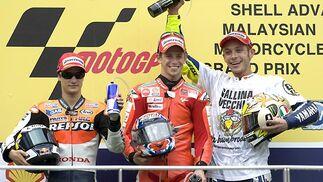 Dani Pedrosa, Casey Stoner y Valentino Rossi en el podio del Gran Premio de Malasia.  Foto: Afp Photo / Efe / Reuters