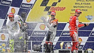 El podio del Gran Premio de Malasia, con Casey Stoner (derecha) primero, Dani Pedrosa (centro) segundo y Rossi (izquierda) tercero.  Foto: Afp Photo / Efe / Reuters