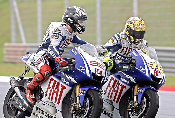 El campeón del mundo Valentino Rossi recibe la felicitación de su compañero de equipo Jorge Lorenzo.  Foto: Afp Photo / Efe / Reuters
