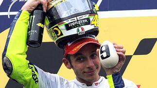 Valentino Rossi (Yamaha) celebra su noveno título mundial, el séptimo en Moto GP.  Foto: Afp Photo / Efe / Reuters