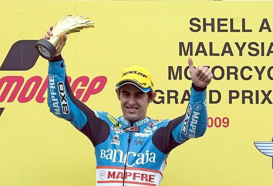 Julián Simón (Aprilia) celebra su victoria en 125cc en el Gran Premio de Malasia.  Foto: Afp Photo / Efe / Reuters